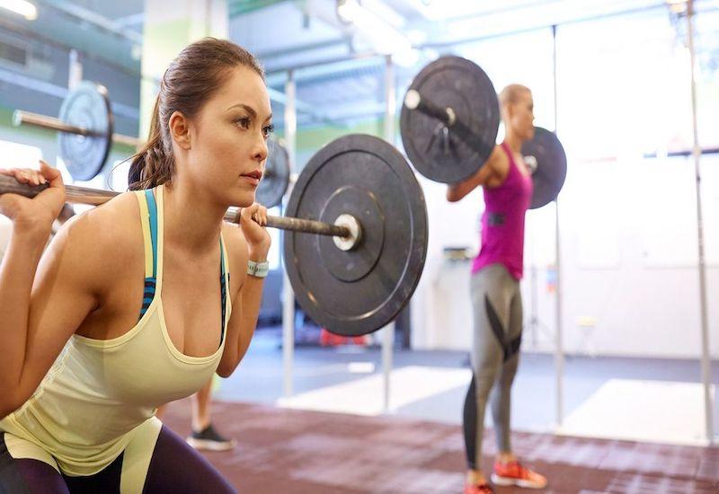 ジムでダイエットのために筋トレに励む女性